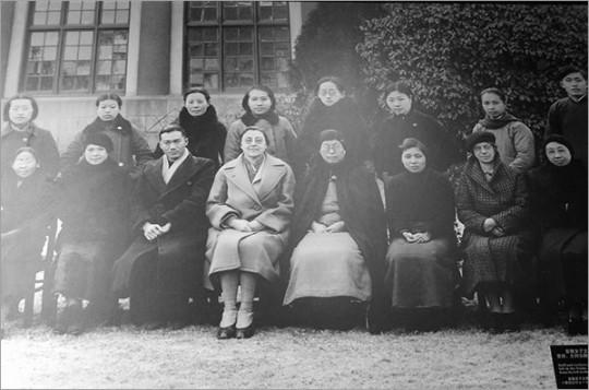 ▲ '난징의 살아 있는 여신'으로 불린 진링여자대학의 학장 미니 보트린. 앞줄 왼쪽에서 네 번째.
