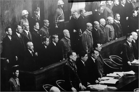 ▲ 전범재판의 피고석에 서 있는 1급 전범들. 난징대학살의 주요 책임자들은 사형을 선고받고 각각 처형되었다.