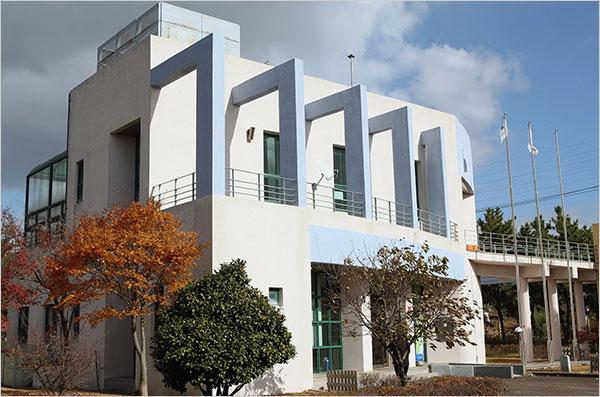 ▲ 군산의 채만식 문학관은 2001년에 건립되었다. 금강변에 세워진 건물은 정박한 배의 모습을 하고 있다.