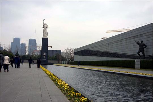 ▲ 거대한 조각 입상 '화평'은 평화와 인류의 미래를 갈망하는 중국인민의 염원을 표현하고 있다.