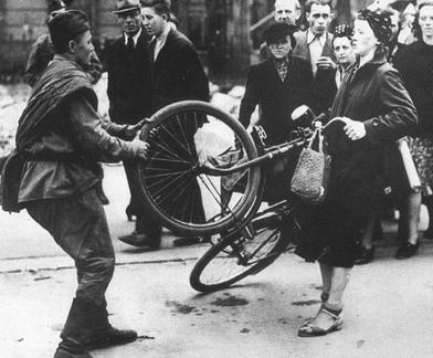 ▲ 독일 여자의 자전거를 강탈하고 있는 소련군