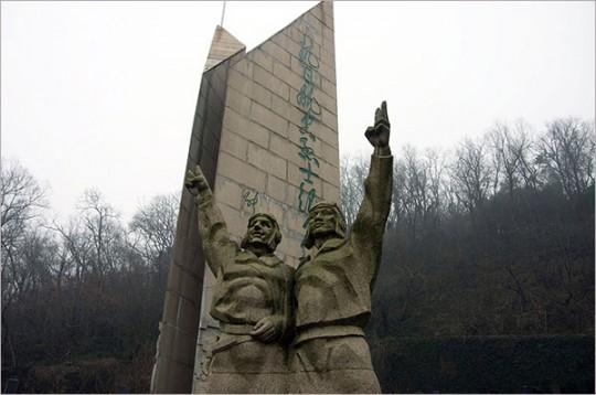 ▲ 항일항공열사공묘의 기념비. 공묘는 중국이 상하이전쟁에서 전사한 공군을 안장하기 위해 조성한 묘원이다.