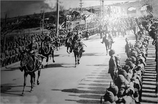 ▲ 일본군의 난징 입성. 1937년 12월 13일 함락되면서 6주간에 걸친 대살육의 비극이 시작되었다.