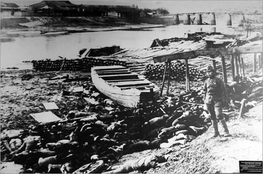 ▲ 난징 외곽 양쯔강에서 자행된 일본군의 대규모 학살. 일본군은 기관총으로 사람들을 양쯔강에 쓸어넣었다.