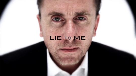 가 사건을 해결하는 주된 방식은 상대의 표정이나 반응에서 거짓말을 읽어내는 것이다.