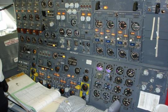 보잉 747-200의 항공 기관사 계기판. 초기의 비행기에는 계기판이 몇 없었지만, 1930년대 엔진이 넷 달린 대형 항공기가 등장하면서 비행기의 각종 상태를 알려 주는 (=정보를 표시해 주는) 계기판이 조종석을 새까맣게 뒤덮기 시작했다. 그러고도 모자라서 제어 장치 조작을 전담하는 (=실시간 정보 처리를 도와 주는) 항공 기관사(Flight Engineer)가 따로 배치되어 파일럿의 일을 거들어야 했다. 이 보직은 이후 자동화된 제어 시스템으로 대체되었기 때문에, 요즘은 볼 수 없다.
