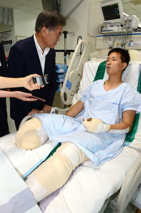 김정원 하사를 방문한 문재인 대표 사진: 연합뉴스