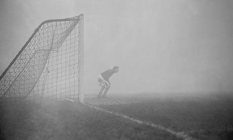 1952 smog crisis : Arsenal goalkeeper Jack Kelsey peers into the fog