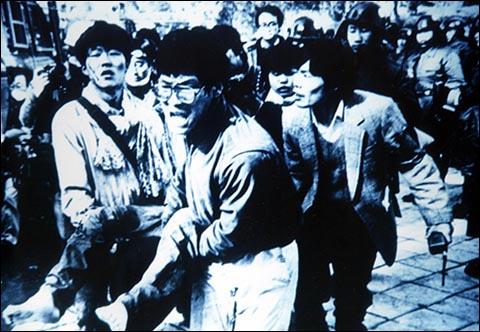 건대항쟁 당시 부상자를 옮기는 학생들