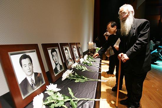 문정현 신부가 인혁당 사건 민주열사 33기 추모제에서 묵상하고 있다.
