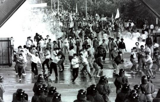 80년대 대학교 교문 시위의 한 장면