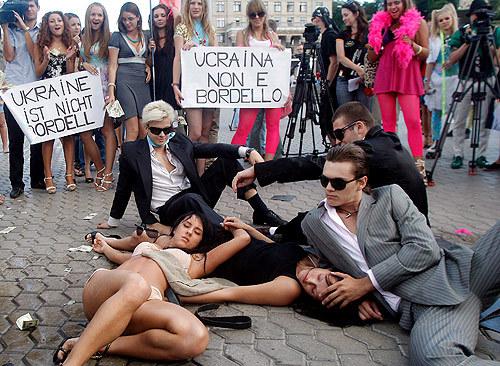 섹스관광 반대시위가 모델 쇼 같다는 평을 듣기도(...)