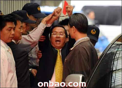 공금 유용과 돈세탁 혐의로 체포되어가는 천수이볜 전 총통