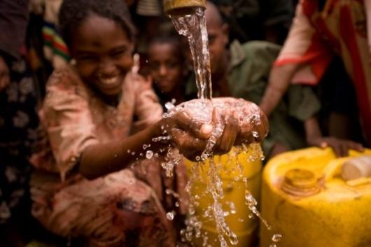 개발도상국에 식수와 우물을 보급하는 채리티워터