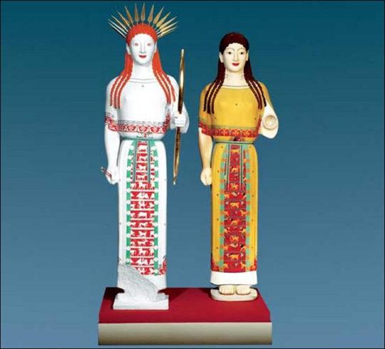 Sog. Peploskore, um 520 v.Chr. (Original Athen, Akropolis-Museum Inv. 679) Nebeneinandergestellt sind die Farbrekonstruktionen A und B. Die linke Figur ist mit Blattdiadem, Bogen und Pfeilen als Göttin charakterisiert. Die Tierfriese auf ihrem Gewand kennzeichnen sie entweder als Artemis oder Potnia Theron (Herrscherin der Tiere). Copyright Stiftung ArchŠologie, MŸnchen