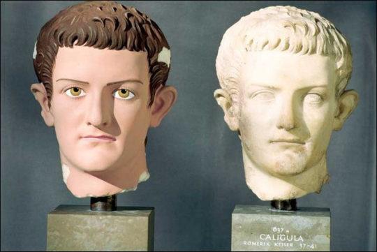 Porträt des römischen Kaisers Caligula und Rekonstruktion (Original Ny Carlsberg Glyptotek Kopenhagen, 37-41 n.Chr.) Besonders eindrücklich ist das linke Auge des Originals, bei dem noch die Bemalung der Wimpern erhalten ist. Copyright Stiftung ArchŠologie, MŸnchen