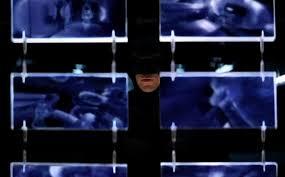 조커를 잡겠다며 모든 이의 프라이버시를 뭉개 버리는 배트맨. 수단 방법을 가리지 않을때 어떤 일이 벌어지는지를 잘 보여준다. (다크나이트)