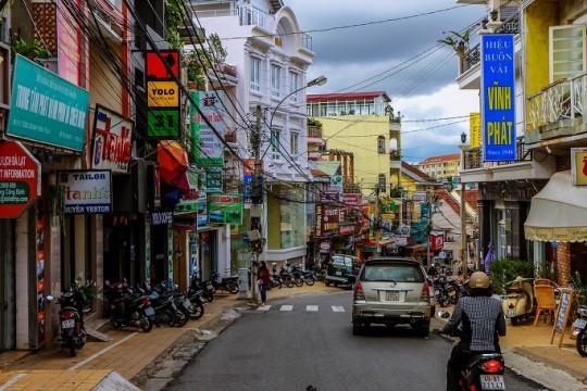 Yolo 커피숍 주변 거리이다. 주변에서 베트남 퍼(국수)를 점심으로 뗴우고 잠시 커피 한잔하러 들른 곳인데 전세계 관광객들이 들르는 유명한 카페 같았다. 커피는 한잔 뽑는데 30분을 더 기다려야 했다. 그래서 이런 풍경도 찍을 수 있었다