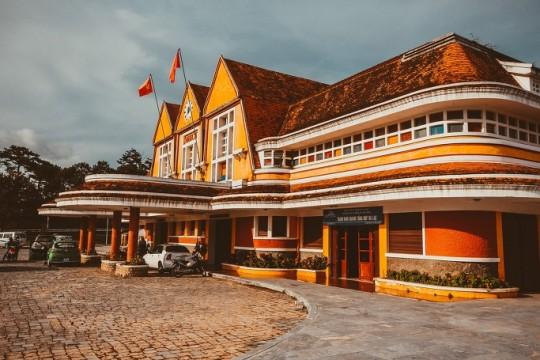 달랏역, 프랑스 식민지 시대의 유산으로 지금은 사용되지 않는다. 역 광장 중앙에 있었다던 거대한 조형물(Hòn Non Bộ)은 보이지 않았다. 지금은 내부를 관광지로 개방하고 있다.