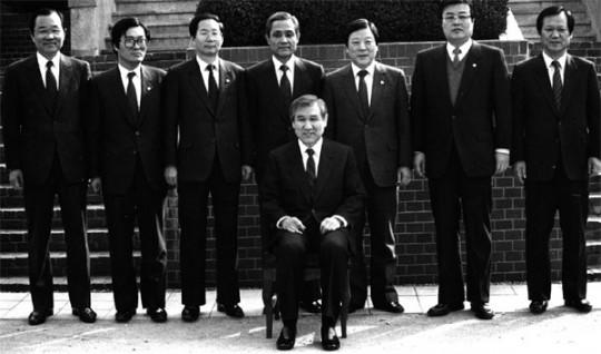 1988년 노태우 당선인의 대통령취임준비위원회. 오른쪽에서 두 번째에 김종인 위원의 모습이 보인다. 출처: 월간조선