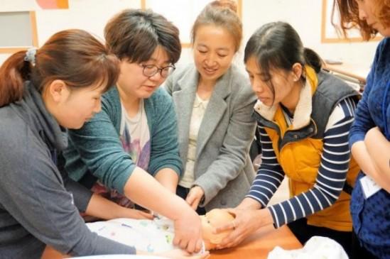 신생아 돌봄 교육을 받고 있는 다문화 방문 산후 관리사 교육생들.