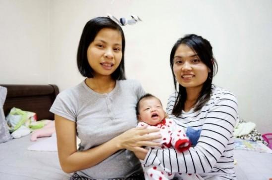응우엔티늉 산모와 베트남 출신 여선영 관리사(오른쪽)