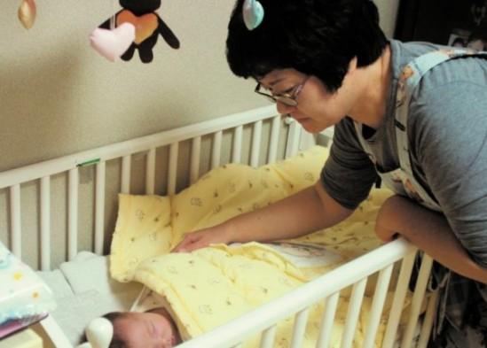아리아 가요코 관리사가 신생아를 돌보고 있다.