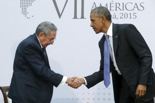 2015년 4월, 미주기구 정상회의에서 라울 카스트로와 버락 오바마. 1956년 이후 무려 59년 만에 쿠바와 미국의 정상이 만났다. 출처: YTN
