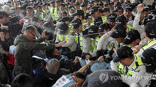 2014년의 오늘. 심지어 최루액을 뿌렸다. 출처: 연합뉴스