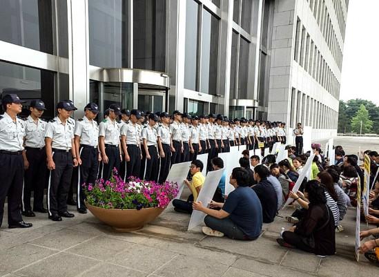 마찬가지로 영화 의 한 장면. 유가족이 국회 앞에서 연좌농성을 하고 있다. 출처: 네이버 영화