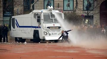 프랑스 경찰, 한 남성에게 물대포를 조준 사격하다
