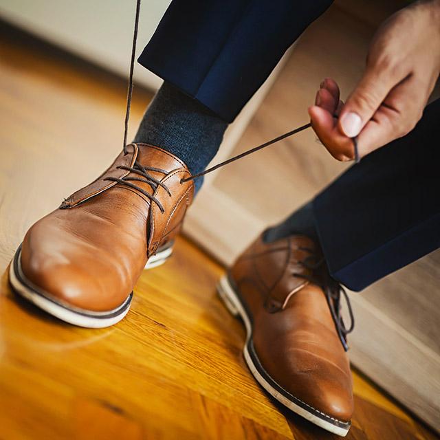 단순히 색깔만 보면 굉장히 평이하지만, 브라운 구두가 네이비 수트와 만나면 세련됨이 팡팡 터지는 것과 같은 맥락이죠!