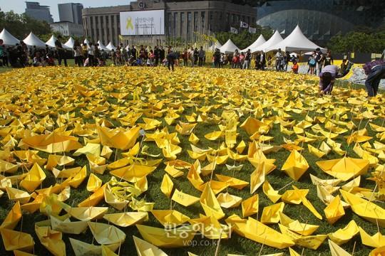 6일 서울 시청 앞에 마련된 서울광장 합동분향소 옆에 세월호 희생자 추모 노란 종이배들이 띄워졌다.