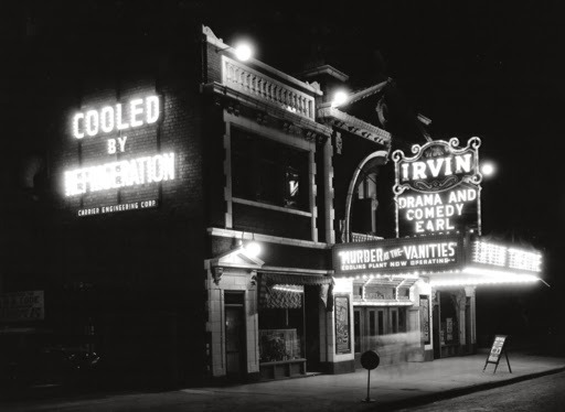 어윈 극장에 '에어컨 가동중'이라는 광고가 큼지막하게 붙어 있다.