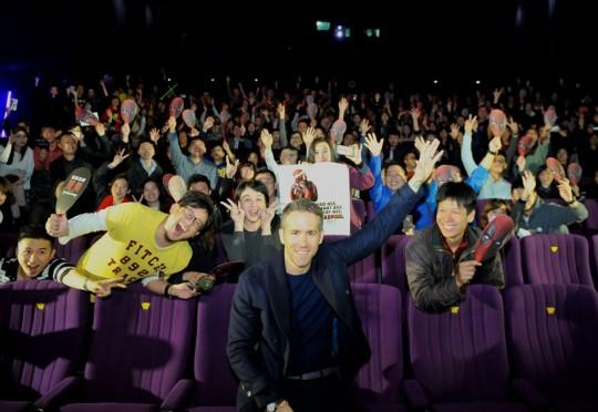 데드풀 중국 시사회 관객들과 라이언 레이놀즈그 영화에 그 팬들 ⓒ데드풀