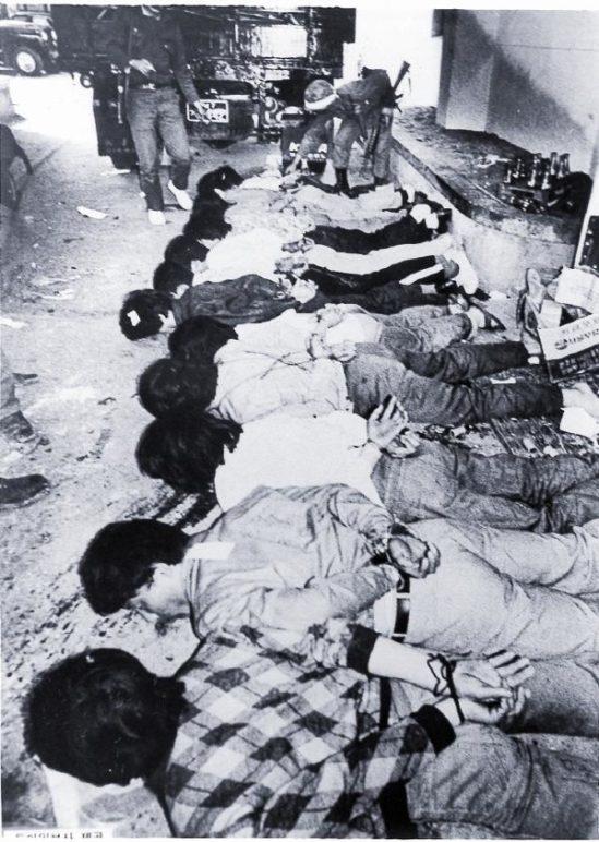 27일 새벽 마지막까지 싸운 시민군들이 두 손이 뒤로 묶인 채 전남도청 마당에 엎드려 있다. 사진: 김녕만