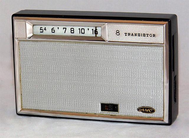 1960년대 출시된 AMC의 8 TRANSISTOR 라디오. 3.5mm 단자는 이 제품들과 비슷한 시기에 나왔을 정도로 오래된 기술입니다. 출처: Wikimedia Commons