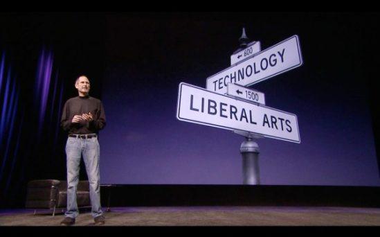 '애플이 아이패드와 같은 제품을 만들 수 있는 이유가 있습니다. 우리는 언제나 기술과 인문학의 교차로에 있으려 노력하기 때문이죠.' 유명한 장면이 된 2010년 초 iPad 발표 미디어 이벤트. 이후 스티브잡스는 프레젠테이션에 있어 확고한 아이콘으로 자리잡았다.