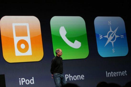 iPod-Phone-Internet의 세 가지로 아이폰을 설명하는 프레임을 구성한 스티브잡스. 논리나 스토리 구성 등 프레젠테이션 기획에도 탁월했다.