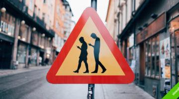 '스몸비'의 교통사고를 막기 위한 디자인