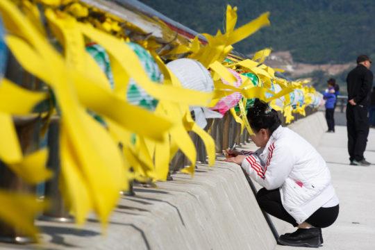 세월호 침몰 사고 발생 20일째인 5일 전남 진도군 팽목항에서 한 실종자 가족이 편지를 쓰고 있다. 2014.5.5/뉴스1