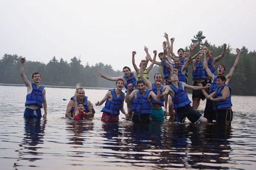 """""""여름 캠프(summer camp)란 여름에 관리감독 하에 아동 청소년 대상으로 진행되는 활동들을 말한다"""" ― 위키백과 출처: Becket Chimney Corners YMCA"""
