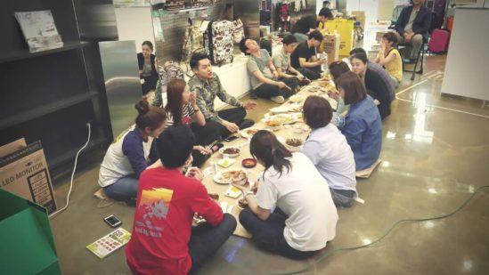 사진 설명: 나무주임을 비롯한 트래블메이트 직원들이 매장 셋팅 후 짜장면을 먹고 있다.