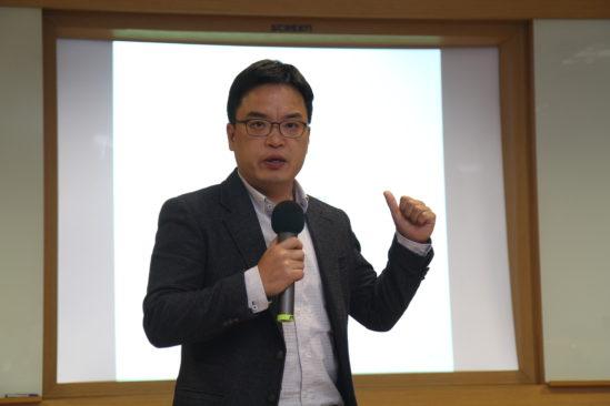 사진 설명: 접신의 지경에서 겨우 탈출한 트래블메이트 김도균 대표가 강연을 하고 있다.