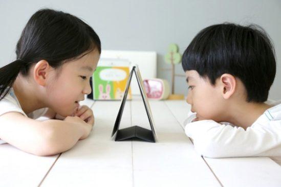 듀얼스토리북을 보고 있는 아이들 모습. 듀얼스토리북은 자신과 다른 성향의 아이가 같은 상황에서 어떻게 대처하는지 알 수 있게 구성된 책이다. 출처: 마노컴퍼니