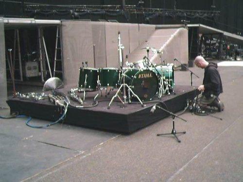 메탈리카 무대 드럼 설치중인 모습