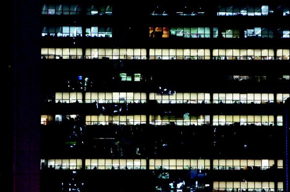 밤에도 불이 꺼지지 않는 빌딩숲, 한국.