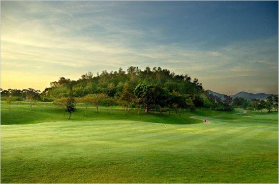 골프는 여전히 기득권 계층의 사교의 수단이고 그들만의 차별적 문화를 향유하는 여흥으로서의 스포츠다.