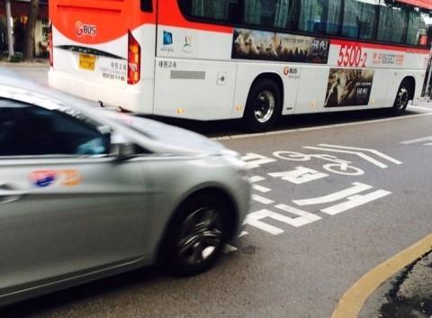 택시에 의해 치이고 있는 자전거 우선도로.