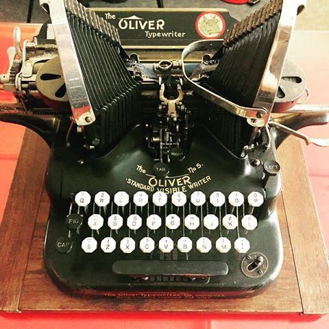 1907년에 만들어진 Oliver 타자기. 이런 걸로 쓰면 고칠 수가 없다(…) 출처: greenblue 님의 인스타그램